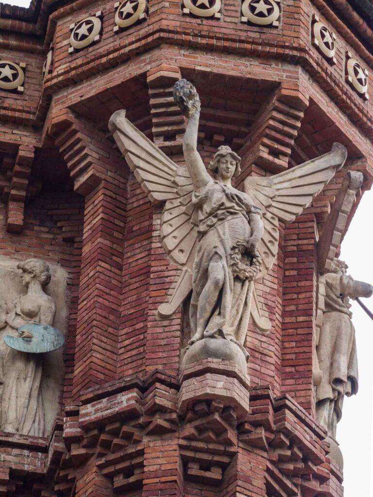 Arc de triumf anioł z wieńcem