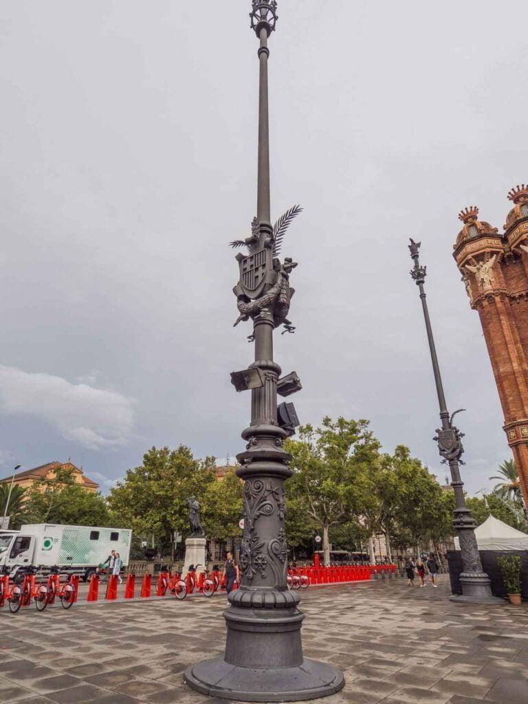 Arc de triumf słup z tarczą barcelony