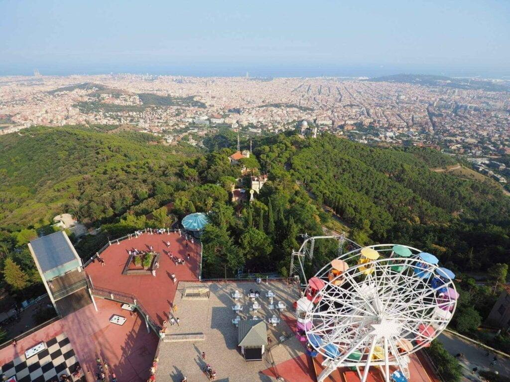 widok na miasto, wzgórze montjuic i koło młyńskie