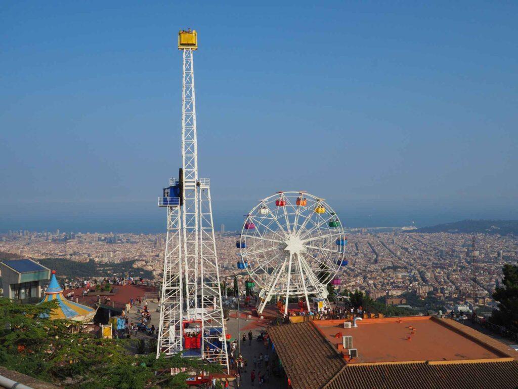 widok na Barcelonę i park rozrywki