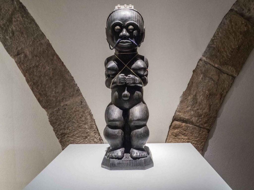 muzeum kultur świata czarna figurka z Afryki