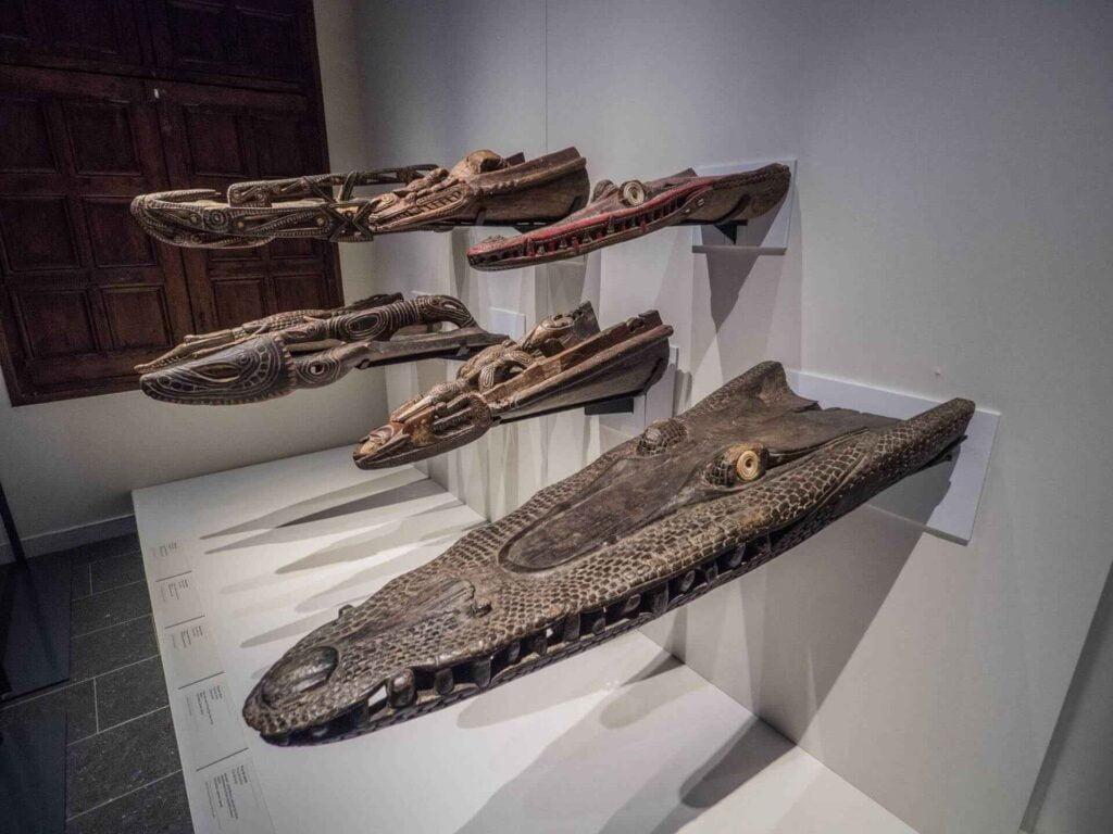 muzeum kultur świata łodzie przypominające krokodyle