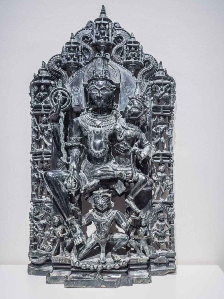 muzeum kultur świata czarna płaskorzeźba