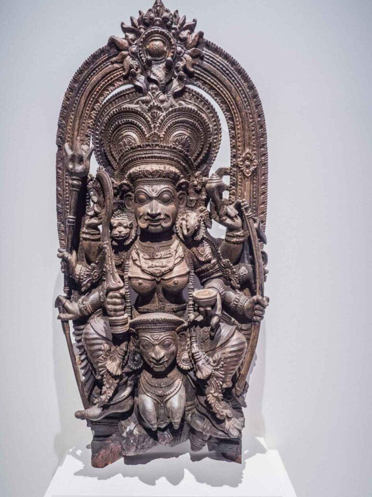 muzeum kultur świata drewniana płaskorzeźba