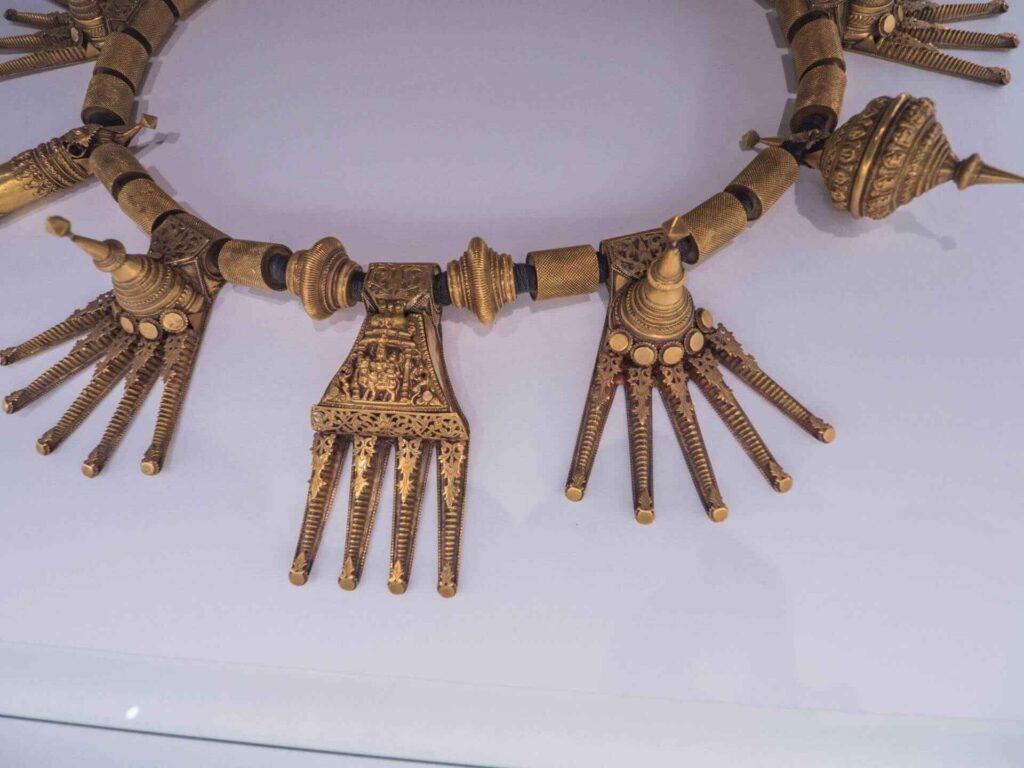 muzeum kultur świata  złoty naszyjnik