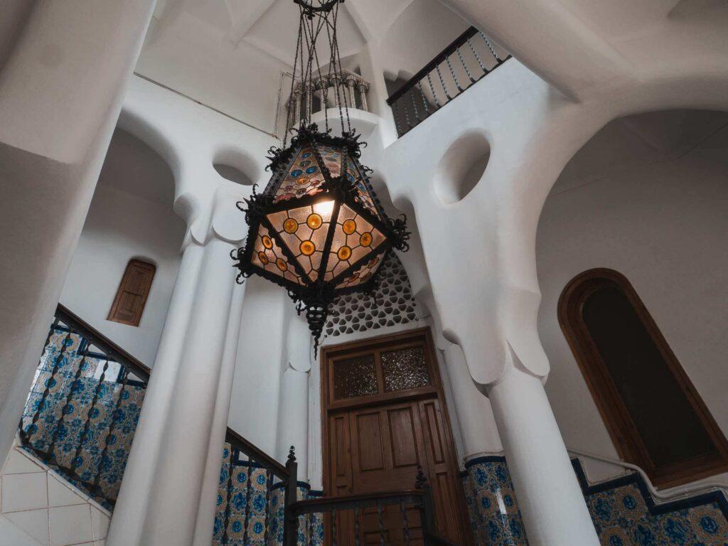 hol główny z lampą