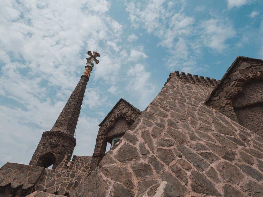 widok na wieżę z krzyżem