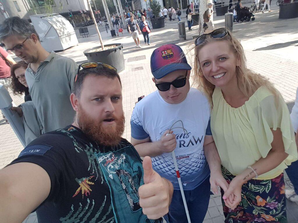 Niewidomy zwiedzający Barcelonę