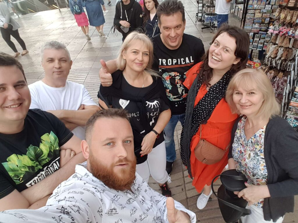 Rodzina zwiedzająca miasto