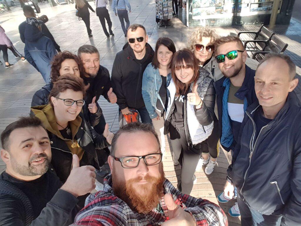 Grupa przyjaciół podczas zwiedzania miasta