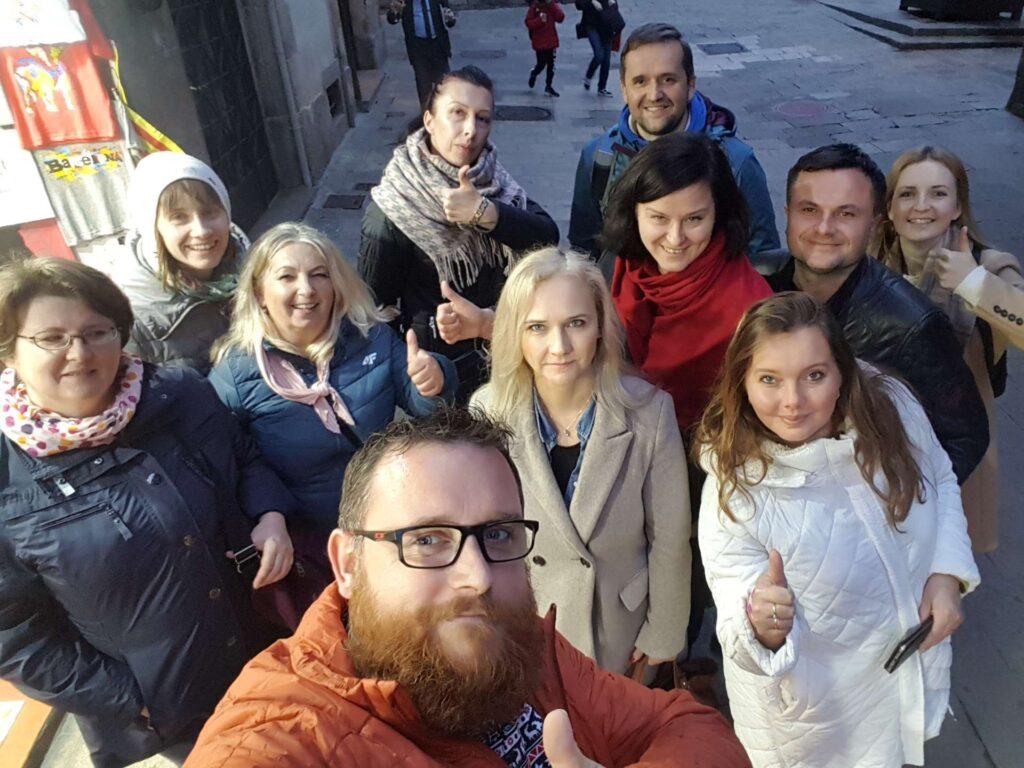 Grupa zwiedzająca stare miasto Barcelony